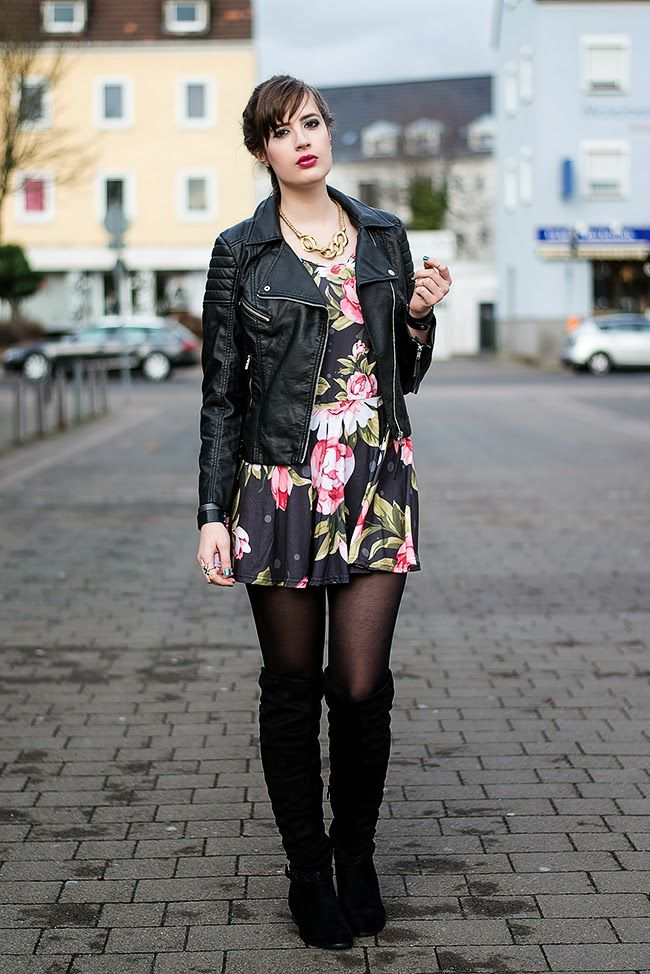 Lässiges Outfit mit Bikerjacke, Blümchenkleid und Overknee Stiefeln
