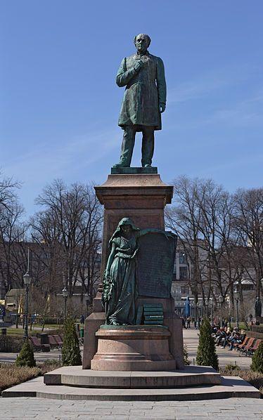 Johan Ludvig Runeberg patsas Esplanadin puistossa.Kuva: P7r7 / Wikipedia - Runebergillä on nimikkokatuja,-aukioita ja -puistoja useissa suomal.kaupungeissa.Johan Ludvig Runebergin patsaita ja muistomerkkejä on Punkaharju(1880 ja 1939),Helsinki(1885),Porvoo(1885 ja 1888),Pietarsaari(1904),Vaasa(1952),Ruovesi (1954),Turku(1968).V.2004 lyötiin Runebergin kunniaksi hopeinen juhlaraha.