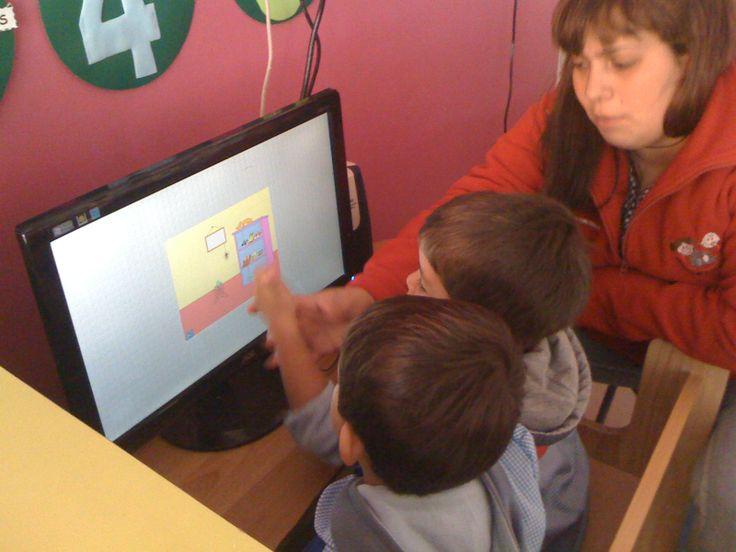 niños aprendiendo con el ordenador