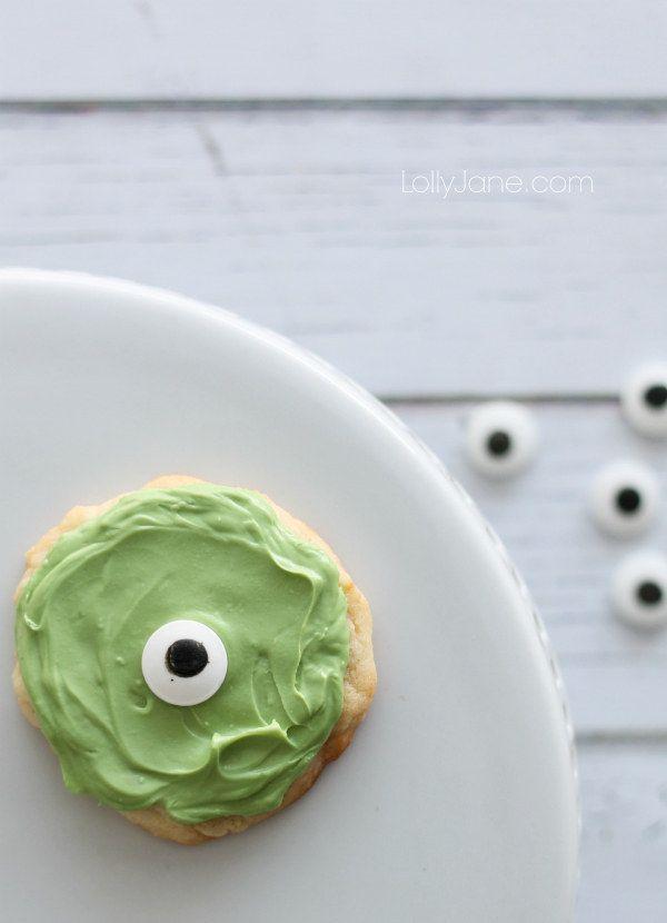 Hornea una tanda de galletas de Mike Wazowski con un solo ojo. | 28 Recetas inspiradas en Disney que tienes que probar