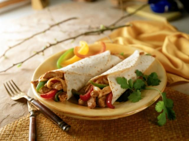 Are you looking for a tasty chicken breast recipe? Here's a recipe for chicken fajitas with garlic, chicken, guacamole, sour cream, onions, green bell pepper, red bell pepper, and cucumber.