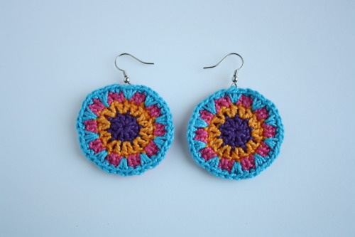 There's no pattern but this looks like a simple granny round. Good idea.