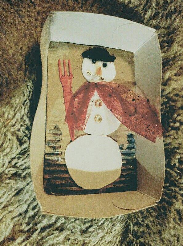 Kerst schiderijtje als kaart. Gebruikte recycle spullen : frietbakje , kartonnen doos , hamburgerbakje , wol , vorkje , lint , veiligheidsspeld , kralen, drukknopen ,lijm , nagellak , garen , naald ..