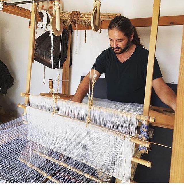 En el pasado viaje de octubre a Marrakech probando los telares de @byfaissal. En la foto nuestro aventurero Julio fan de todo lo tejido.  El próximo mayo volvemos! Toda la info en el link del perfil.    #marrakech #talleresnomadas #marruecos #loom #telar #weaving #byfaissal