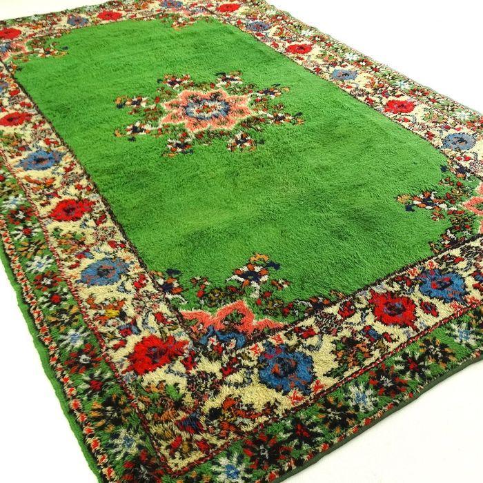Dit is een handgeknoopt Berber-tapijt, gemaakt van duurzame, natuurlijke materialen. Imperfecties in de patronen en de vorm maken dit kleed tot een unicum en benadrukken het authentieke en ambachtelijke karakter. Het betreft hier een gebruikt tapijt, vaak mooier en karaktervoller geworden door het natuurlijke verouderingsproces. Een Berber is gemaakt door de Berbers, woonachtig in Marokko, Tunesië en Algerije.  De patronen zijn eenvoudig vaak met geometrische figuren en trap-achtige patronen…