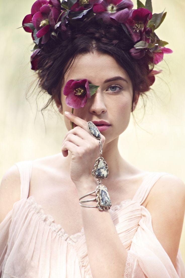 bridal hairstyle-blumenkranz-romantic-flower-vintage-schmuck-big-black-hair color-dark