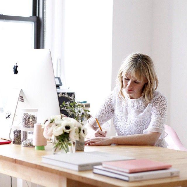 Rebecca skizziert in ihrem Büro im Lace Ruffle Top #LaVieRT # SS15