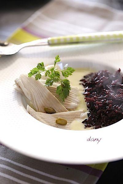 Préparation : 25 min Cuisson : 30 min Pour 4 personnes : -800 g d'aile de raie -40 g de beurre -1 cuillère à soupe de farine -1 cuillère à soupe de poudre de curry -2 pincées de fond de poisson en poudre -10 cl de crème épaisse -Quelques pistaches -2...