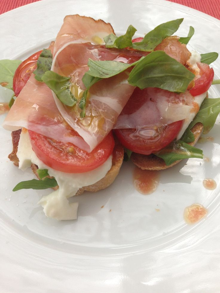 Entry with grilled bread, Parma ham, rucola, mozarella and tomatoes