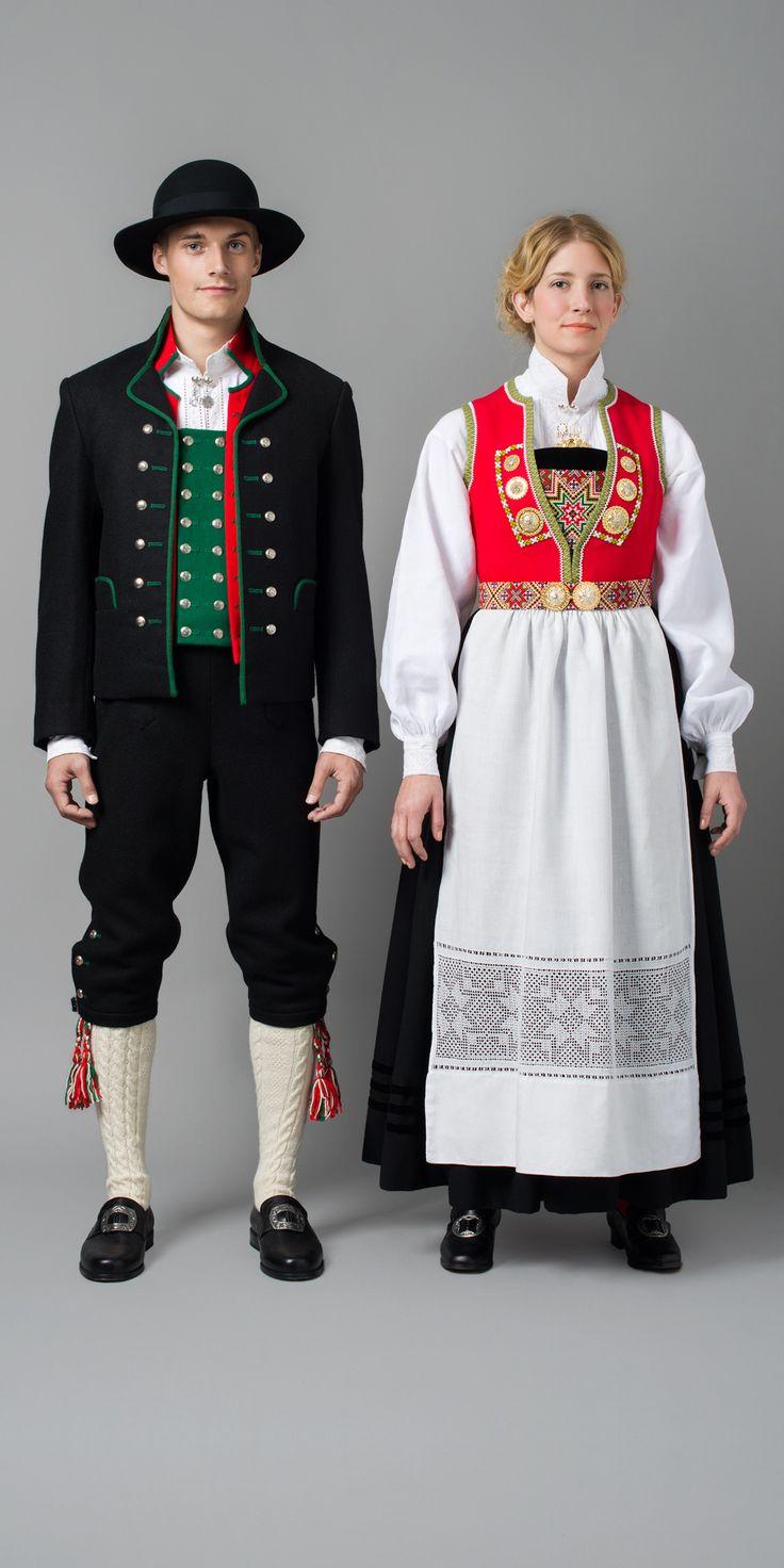 Bildet viser festbunad til kvinner fra Nordhordaland. Denne varianten er fra Osterøy. Forkleet er i lin med uttrekkssøm. Mannsbunaden er fra indre Nordhordaland.