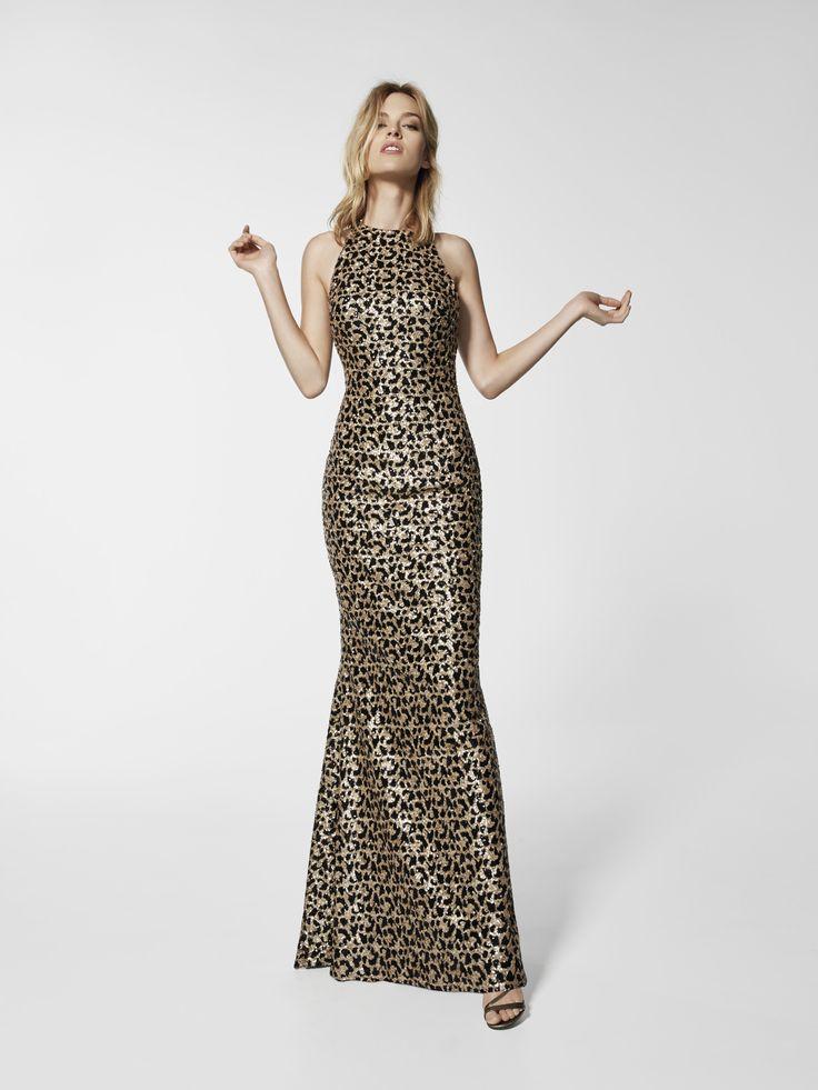 Bu uzun, desenli elbise, boyundan askılı, sırt bölgesinin ortası açık bir kokteyl elbisesidir (GRAU modeli). GRAU model kokteyl elbiselerini keşfedin. Desenli kolsuz elbise (değerli taşlar)