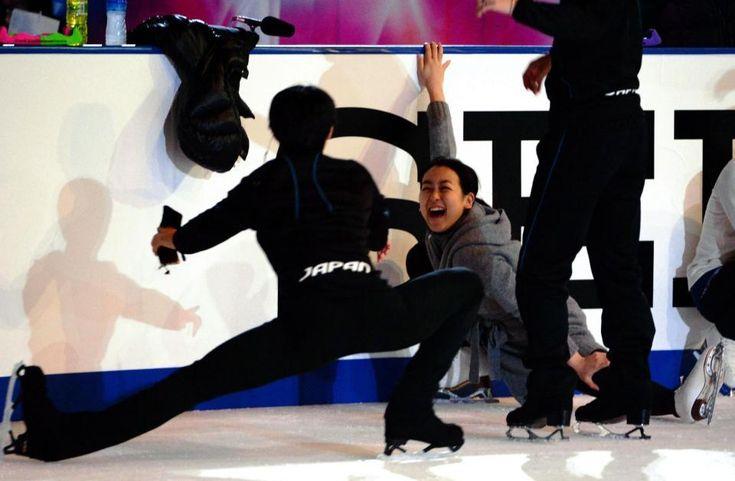 エキシビジョン練習前、おどける羽生結弦(手前)に爆笑する浅田真央=長野ビッグハット (960×628) http://www.daily.co.jp/opinion-d/camera/2015/11/30/0008607099.shtml