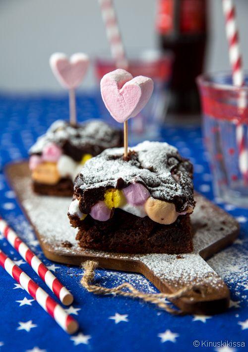 Tässä suklaaunelmassa kotoisat mokkapalat yhdistetään mehevään mutakakkuun ja vaahtokarkkeihin #resepti #mudcake #leivonta #vaahtokarkki