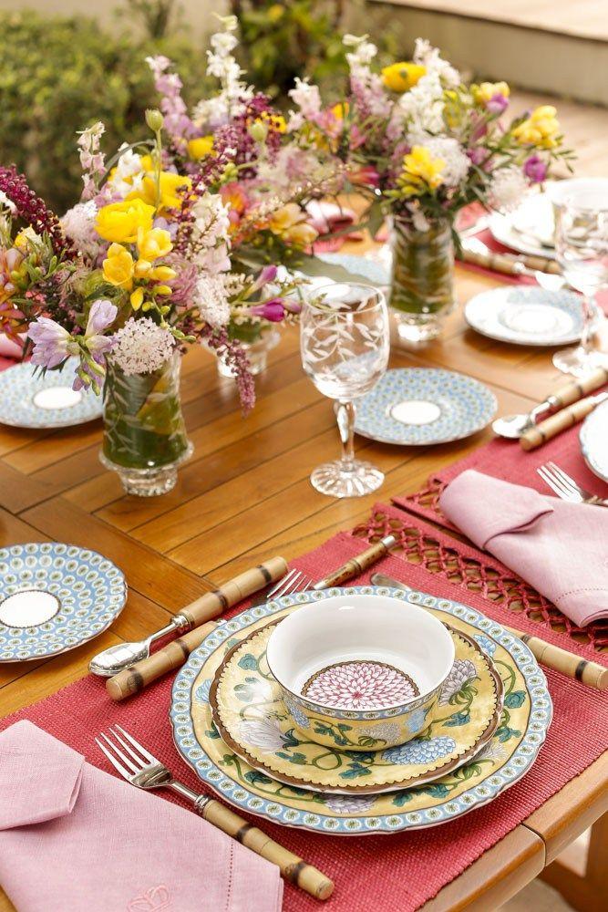 Hoje, mostramos uma mesa de almoço, inspirada na beleza da novíssima coleção Cravo & Canela by Tania Bulhões, uma louça cheia de cores, que nos permitiria criar uma séria de outras composições, tão rica que é o seu tema, assim como a sua pintura.