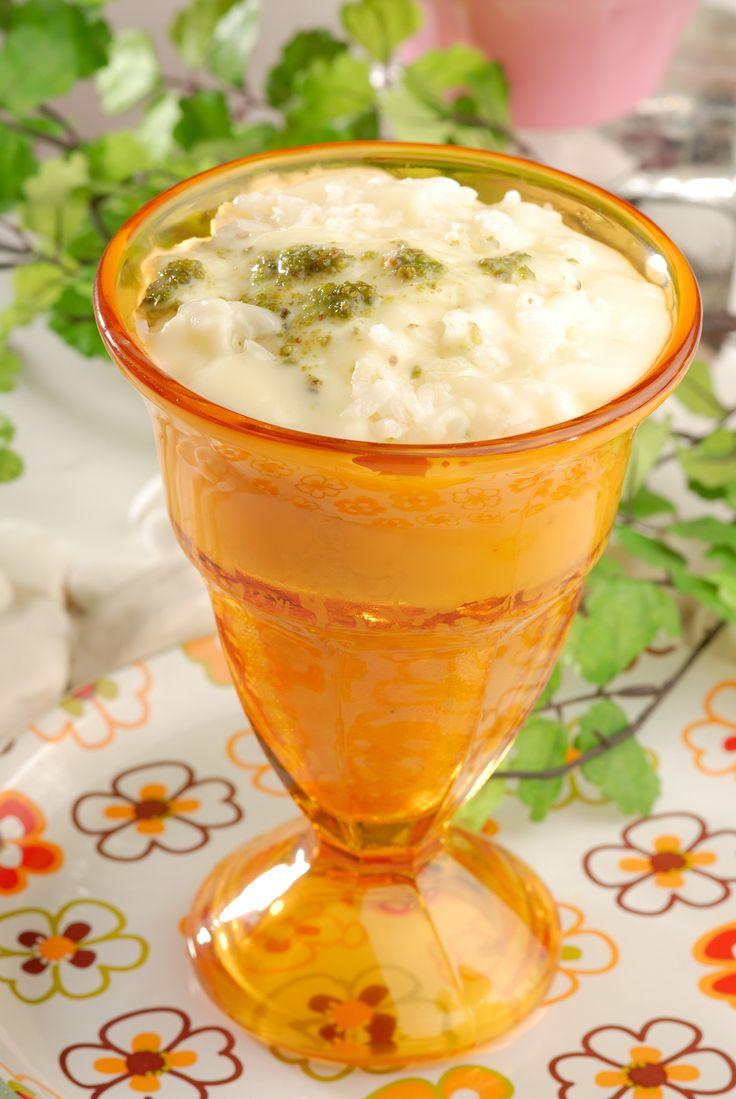 YEŞİL FISTIKLI PİRİNÇ PUDİNGİ   Malzemeler:  1 su bardağı haşlanmış Amerikan pirinci  2 yemek kaşığı tereyağı 4 yemek kaşığı un  1,5 su bardağı süt  1 su bardağı şeker  1 çay kaşığı vanilya 50 gr. yeşil fıstık  Hazırlanışı:  Tereyağını tencerede eritip unu ilave edin ve pembeleşinceye kadar kavurun. Üzerine süt, pirinç ve şeker ilave edin. Koyulaşana kadar karıştırın. Vanilyayı da ilave edip iyice karıştırdıktan sonra kaselere boşaltın ve üzerine yeşil fıstık serperek soğumaya bırakın.