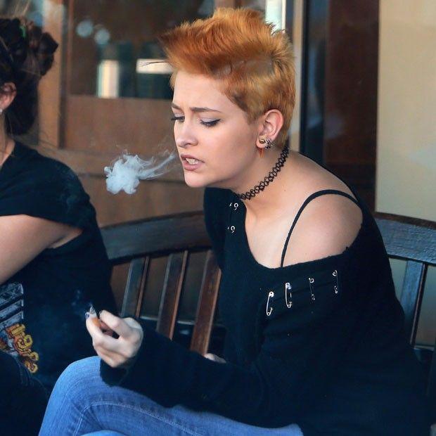 Filha de Michael Jackson adota moicano e volta a aparecer fumando | Estilo Vip Net