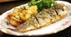 Er gaat niks boven een verse forel die je als hele vis koopt én klaarmaakt. Met een klassieke kruidenboter geef je extra smaak aan het malse visvlees. Deze boter smaakt trouwens ook heerlijk bij een steak. Serveer er gebakken aardappelen bij en een eenvoudig slaatje van waterkers. Eenvoudig en vooral lekker!extra materiaal: een fijne rasp