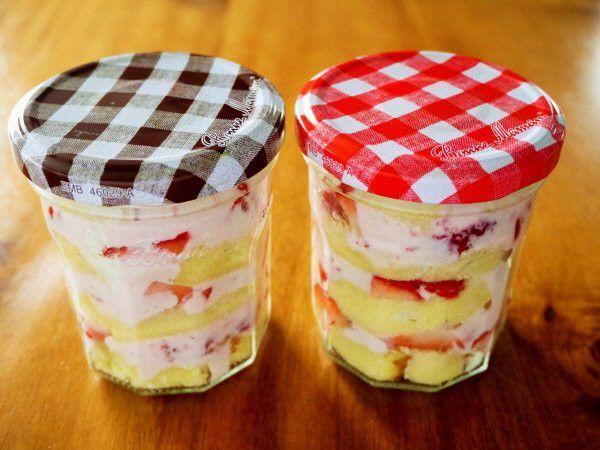 ガラスの保存用ボトル「ジャー」にドレッシングと野菜を重ねて入れる「ジャーサラダ」が昨年は大ブームでしたね。そして今年はこの「ジャー」にケーキを詰めた「ジャーケーキ」がお洒落で可愛いと注目を集めています。