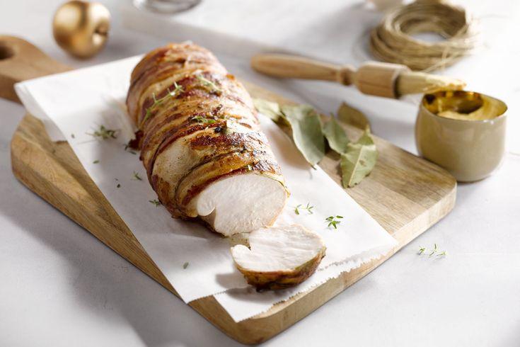 Kalkoen is een heuse favoriet tijdens de feestdagen. Een kalkoengebraad gewikkeld in sappig spek uit de oven is eenvoudig, mooi om te zien en erg lekk...