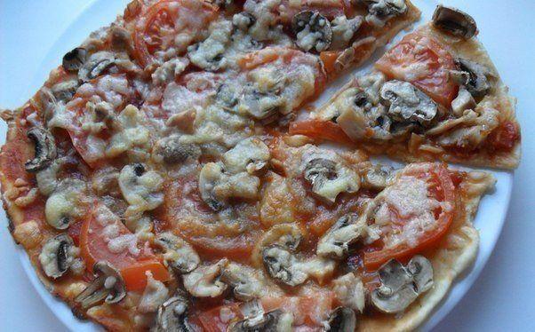 Еще больше рецептов здесь https://plus.google.com/116534260894270112373/posts  Диетическая пицца с курицей и грибами  Ингредиенты (на 8 порций): Калорийность на порцию: 81 ккал  Мука 50 г Масло оливковое 5 г Молоко 1,5 % 20 мл Йогурт натуральный 50 г Помидоры 100 г Шампиньоны 70 г Филе куриное 100 г Кетчуп или томатная паста разведенная со специями и зеленью, или любой другой соус 30 г Сыр моцарелла 70 г  Приготовление:  1. Смешать йогурт молоко, масло, добавить муку и хорошо вымесить тесто…