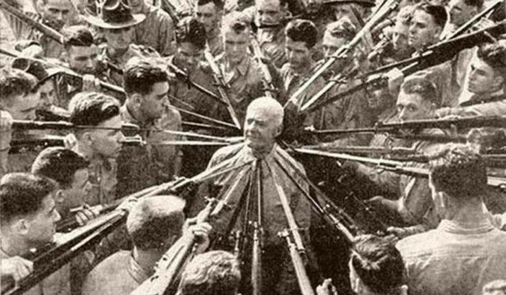 1943 - O Coronel Anthony Joseph Drexel Biddle era especialista em combate corpo a corpo. Ele ordenou fuzileiros estagiários a tentar matá-lo com baionetas. Ninguém jamais conseguiu já que ele desarmou todos eles.