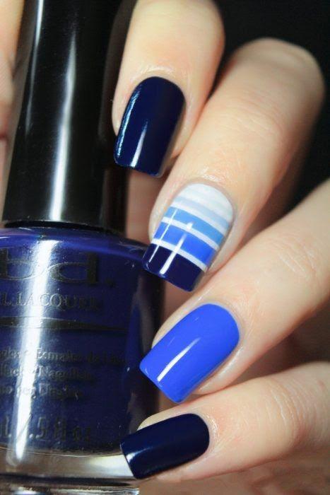 Uñas decoradas en color azul con blanco