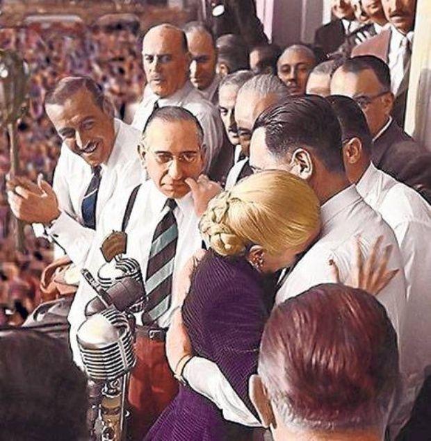 Abrazo entre Eva y Perón el 1 de mayo del '52 después de que ella se despidiera de los descamisados