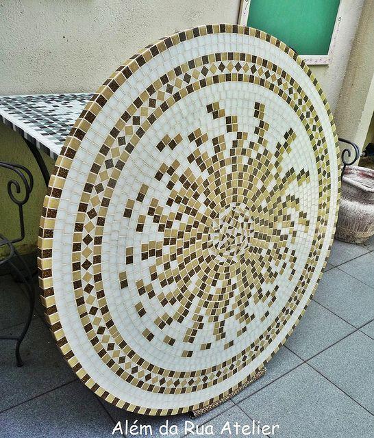Tampo de mesa em mosaico by ALÉM DA RUA ATELIER/Veronica Kraemer, via Flickr                                                                                                                                                                                 Mais