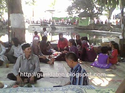 Suasana pesta di Sendang Sinongko
