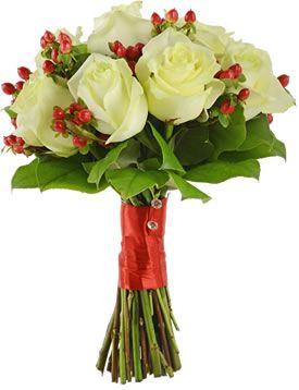 Букет невесты из белых роз и гиперикум. Свадебный букет из роз 25 шт. (Израиль).