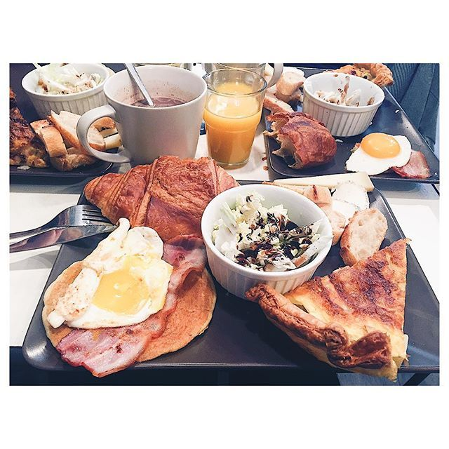 | A beautiful day starts with a good #brunch w/ @fionajdn @charlene.rt at @thecakearound 🍳🍴💕 #latergram #angers #food #thecakearoundthecorner #friends #sunday #sunday