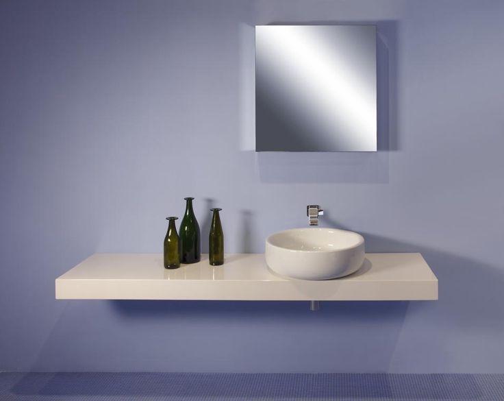 Ceramica Flaminia Bonola, design Jasper Morrison. Per il designer britannico, fedele al suo minimalismo, un mensolone a completare il lavabo da appoggio in ceramica.