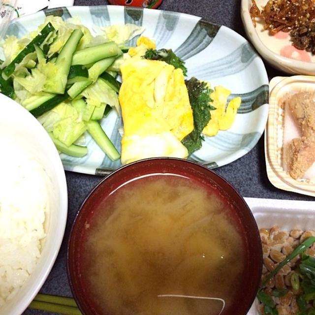 #夕飯 こんな時間だけども。 - 5件のもぐもぐ - ジャガ玉ねぎ味噌汁、納豆、白米、炙りたらこ、しそチーズ玉子焼き、サラダ、佃煮。 by ms903