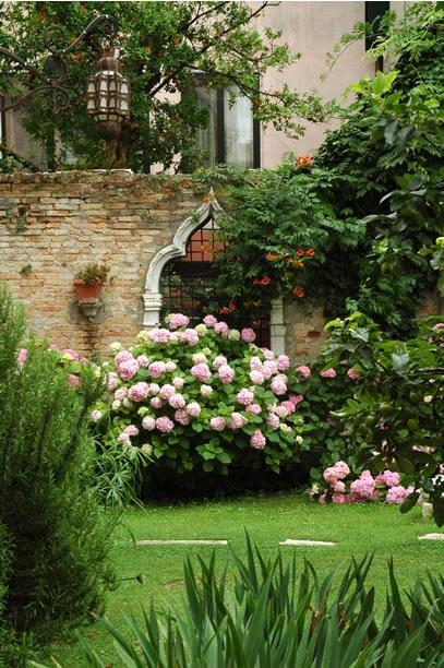 Rezzonico Garden Apartment    Stylish garden apartment with large private walled garden    Dorsoduro