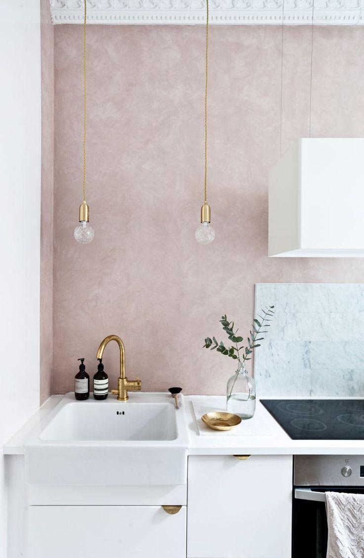 Feminine rosatoner på kjøkkenet  Kjøkkeninnredningen er Ikeas Veddinge med messinghåndtak fra Superfront. Marmorflisene er fra Ulfven og armaturet fra Tapwell.
