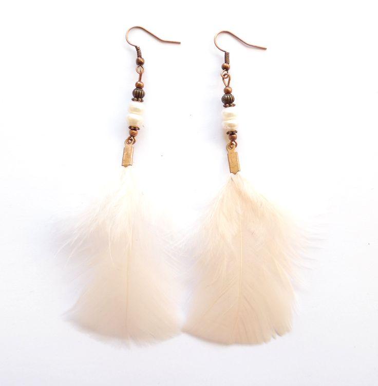 Örhängen i koppar med vita odlade pärlor och beigevita fjädrar.  Längd: 12,5cm
