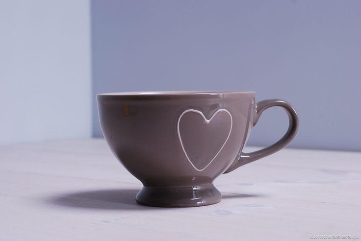 Kubek ceramiczny w kolorze mlecznego kakao z fioletowym wykończeniem. Idealny na zimowe wieczory! Dzięki dużej pojemności naczynia, fani herbaty będą mogli cieszyć się nią jeszcze dłużej. Pomysł na walentynkowy prezent.