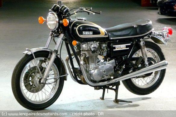 Yamaha 650 XS 1975, 447 modifiée. Nouveaux silencieux d'échappement, étriers placés derrière la fourche, elle-même retouchée. Chasse remaniée