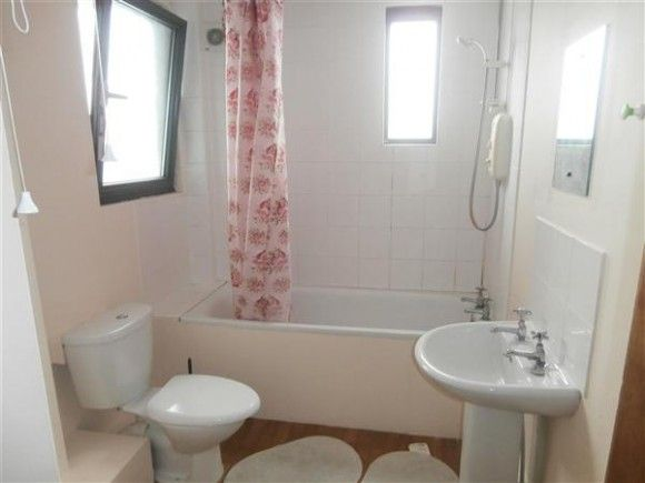 Robertsons  are pleased to offer this large two bedroom flat in Southampton City Centre. The property is situated within walking distance of all local amenities and transport links. The property comprises:- lounge, two double bedrooms, kitchen with some w