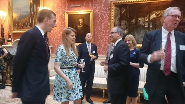 Princesa Beatrice meets with some of the #QueensYoungLeaders at reception at BP (Pic @BritishMonarchy)