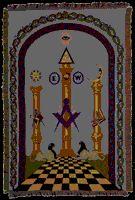 """Ja, de twee gouden zuilen vormen de twee pijlers van de vrijmetselarij met de naam Boaz en Jachin. Ik zal niet ingaan op de gehele symboliek achter die pilaren, maar we kunnen waarschijnlijk aannemen dat Nazarbajev een """"vrije en geaccepteerde Mason"""" is."""