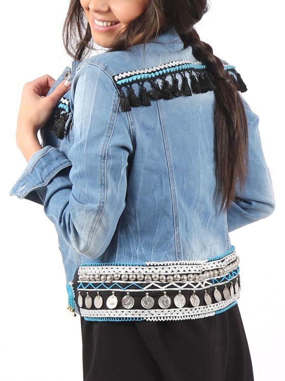 detalle de la espalda de nuestra #cazadoravaquerapersonalizada #boho con monedas y pasamanería en tonos azules y negros