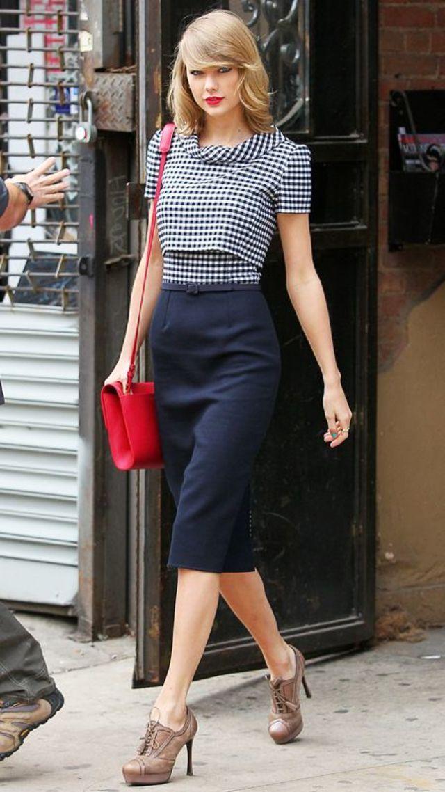 春のトレンド、ギンガムチェックのトップスをタイトスカートにインしたスタイル。