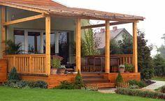 Крытая деревянная терраса возле дома