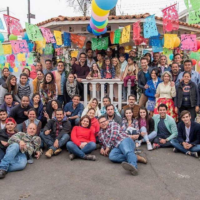 ¡La producción de #PapáATM y #LaloMeza, estan agradecidos con todos ustedes por la aceptación que ha tenido esta historia en sus hogares y en sus corazónes. Así mismo, agradecidos con todo el elenco y el equipo de producción, que han entregado el alma para llegar al éxito que hemos obtenido. Les damos gracias a todos porque hoy fue el último día de grabación en esta locación! No olviden que  ustedes y nosotros somos una #FamiliaATodaMadre! #Telenovela #Televisa #FinEnLocación #equipo…