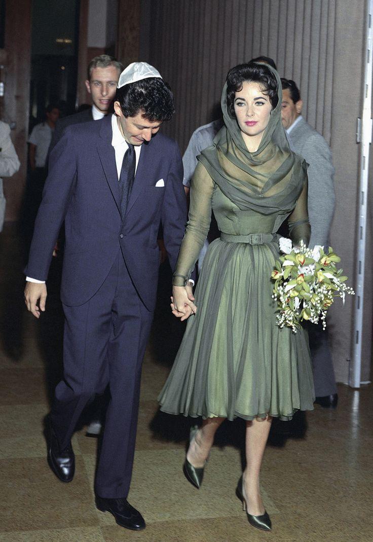 Elizabeth taylor wedding photos taylor arrived on the for Forest green wedding dress