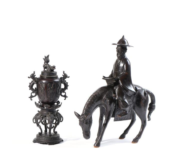 JAPON, vers 1900 Ensemble comprenant un brûle parfum en bronze à patine brune et un Toba sur sa Mule  Hauteur Brûle Parfum : 30 cm  Hauteur Toba : 36.5 cm Largeur Toba : 31 cm Usures d'usage.  H: 30.0 cm#auction#online#sale#2017