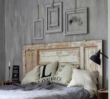 Sans doute la tête de lit la plus simple à fabriquer pour un résultat déco au top. Une porte, un volet bois, avec ses empreintes du temps laissées en l'état fixé au 2/3 au dessus du lit. Pour renforcer le côté déco et original dans la chambre, on n'hésite pas à poser des cadres de photos ou de tableaux qui font écho aux différents cadres de la porte.