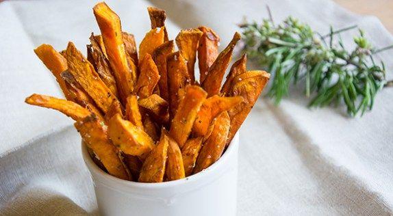 Los boniatos fritos, cocinados como si de patatas fritas se tratara son muy ricos y pueden acompañar todo tipo de recetas como guarnición o bien constituir una buena alterna como aperitivo.