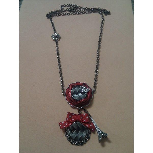 Collar con cápsula roja y camafeo con lazo rojo de topitos, cadena en plata…